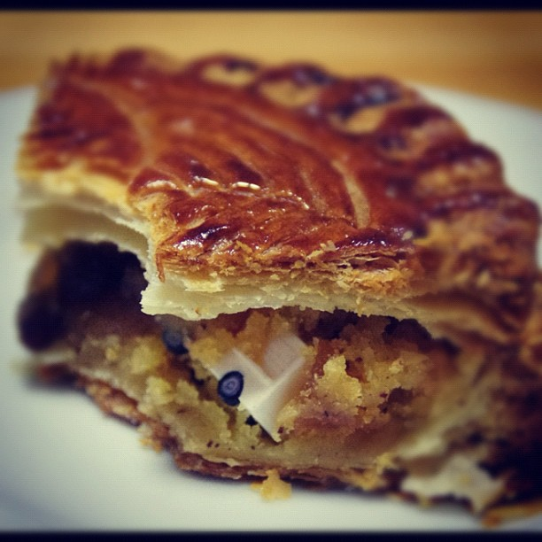 La fève dans une galette des rois. Photo: @suechacha on Instagram.