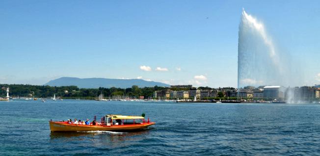 Lake Geneva, Jet d'Eau and a red boat. Photo credits; Cíntia Costa/J'habite à Genève.